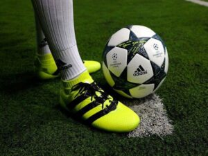 Cách chọn giày đá bóng sân cỏ nhân tạo phù hợp với đôi chân bạn